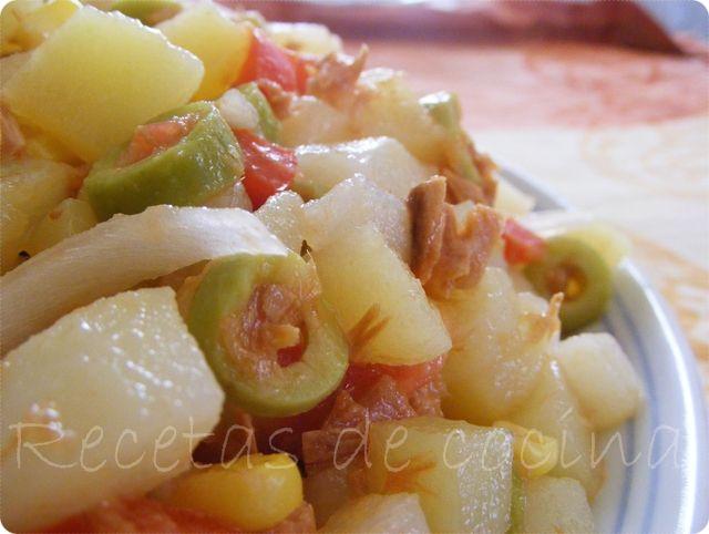 ensalada veraniega de patatas, sabrosa y muy sencilla, también denominada cómo ensalada campera. Además de ser sencilla también es un plato muy económico