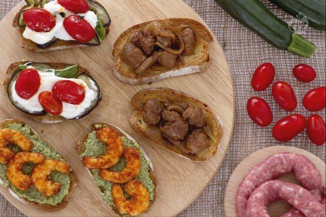 Il tris di bruschette è un antipasto variopinto e gustoso, ideale per aprire un pasto con fantasia. Scatenate la vostra fantasia con gli ingredienti!