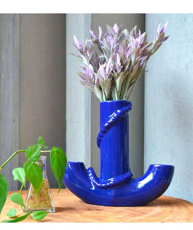 Ancla - Florero en cerámica azul rey, línea submarina. $85.000 COP. Cómpralo aquí--> https://www.dekosas.com/productos/hogar-decoracion-habibi-florero-ancla-detalle