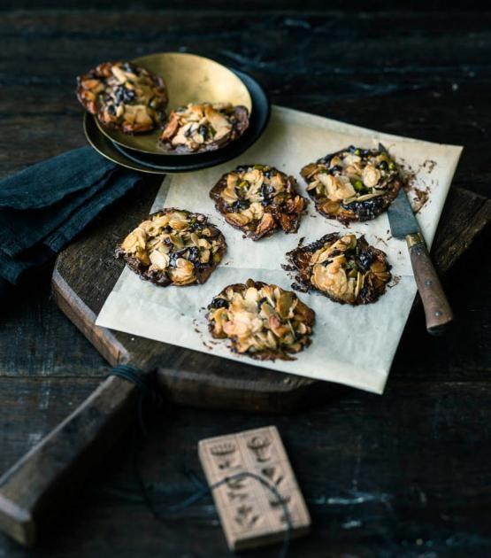 Ein knuspriger Mix aus Mandeln, Pistazien und getrockneten Sauerkirschen mit einer Schicht aus Zartbitterschokolade.