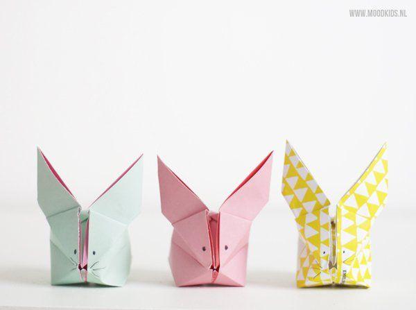 Moodkids DIY: Pasen zonder paashaas? No way! We vouwen een paar origami konijnen! Voor kinderen onder de 10 jaar misschien wat te moeilijk, maar na een paar keer oefenen moet het toch wel lukken. Een extra toevoeging wat ik niet helemaal duidelijk op de foto kreeg: blaas aan de voorkant 'lucht' in het haasje. Zo krijgt hij een mooi vol lijfje.