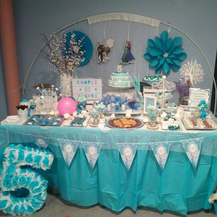 Mesa dulce Frozen con tarta de fondant