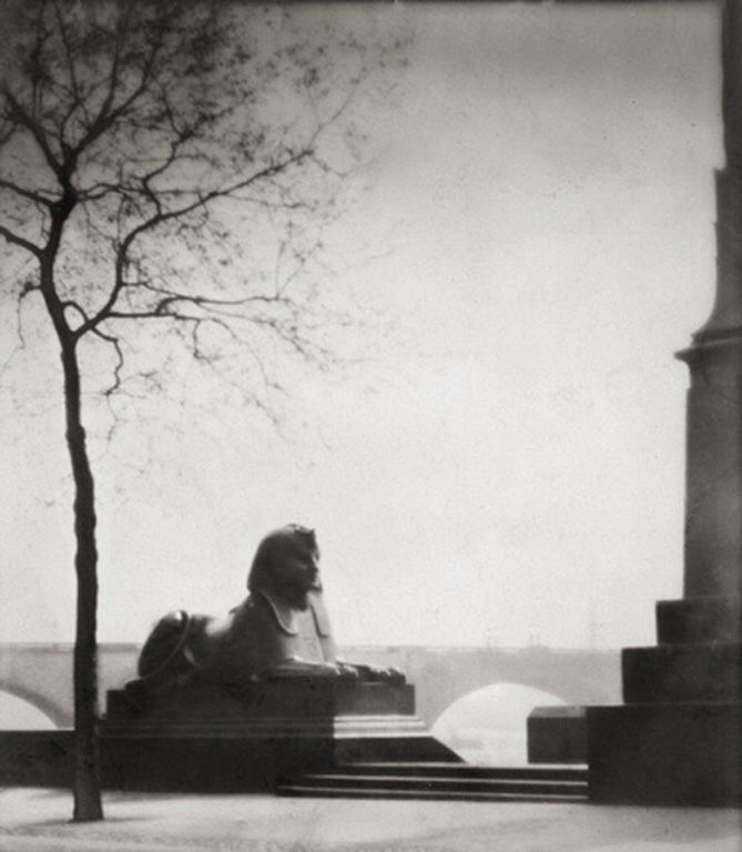 Sphinx, The Embankment, London 1925. Photography: E.O. Hoppe.