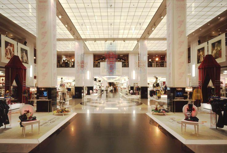 Il posto giusto per essere eleganti e perfetti in ogni occasione è KaDeVe, il più grande magazzino di tutta la Germania: ci si trova di tutto! Le ultime collezioni degli stilisti ed i brand emergenti si rincorrono negli enormi spazi dal fascino esotico ed opulento. Questo è il luogo adatto per trovare l'outfit giusto per una serata romantica, una notte in discoteca oppure una passeggiata nella fredda Berlino.