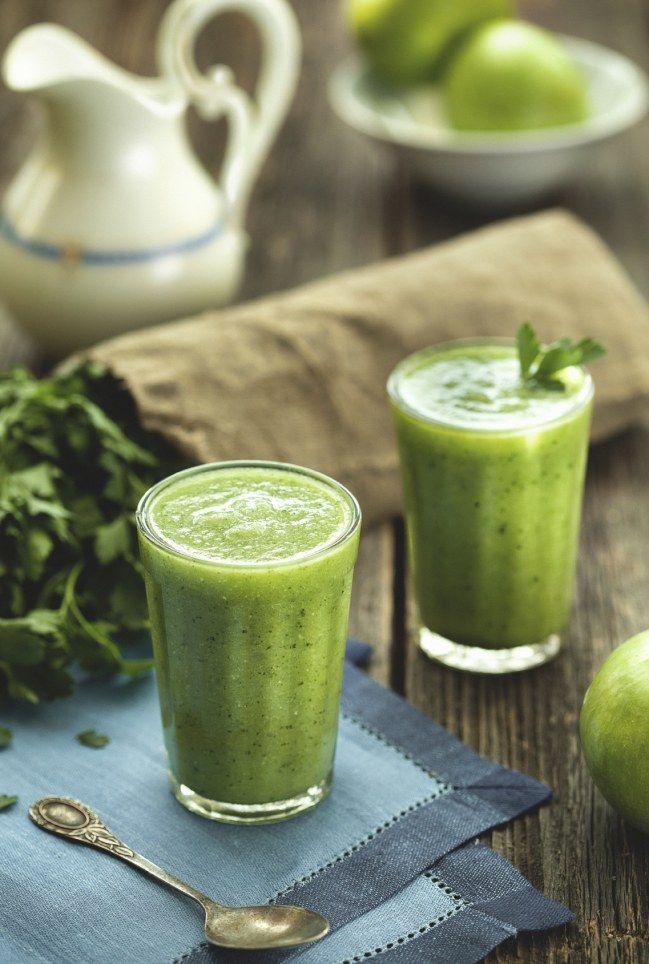 Smoothie persil et pomme bio, une de nos 10 boissons top detox (n'ajoutez pas de sucre)
