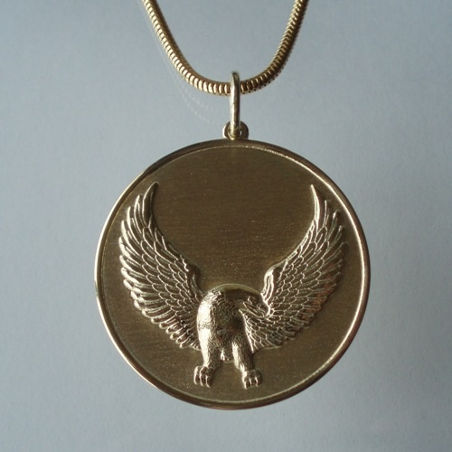Bald eagle medallion, made in 14K gold by Ailin Roelvaag.