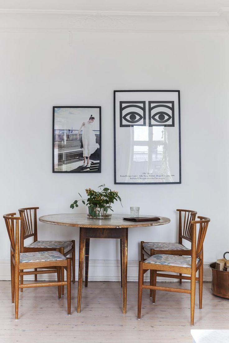 KOSELIG SPISEPLASS: Spisebordet er kjøpt på auksjon, de arvede stolene har Klara trukket om i fint stoff (textilgallerian.se). Øyebildet er laget av Olle Eksell, det andre er et foto som Klara har fått.  Foto: Karin Johansson