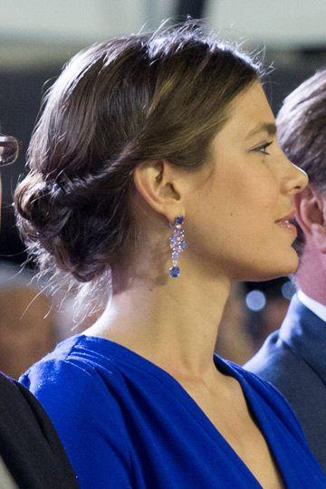 Con un twist. Nos chiflan los recogidos de Carlota Casiraghi. Hace poco la vimos con un moño bajo que recogía dos twist a ambos lados de la cabeza muy favorecedor. Como broche de oro, pendientes de strass en azul, el mismo tono que su vestido.
