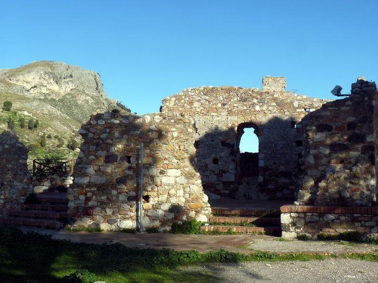 #Castelmola - Del castello restano i ruderi delle poderose mura normanne, e non è possibile stabilire con esattezza l'epoca di costruzion.  Ruins of the castle - ph. Luigi Strano #borghipiubelliditalia #sicily