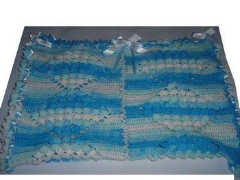 Superbe Couverture pour Bébé, fait mains au crochet indispensable pour garder Bébé bien au chaud, pour les petits câlins, pour lui donner le biberon, pour l'envelopper. Cette jolie couverture vous servira pour le berceau, le landau, le couffin, etc...  Couleur bleue et blanche. Longueur : 76 cm Largeur : 53 cm Ornée de nœud et de ruban en satin blanc. Laine utilisée : Katia : Sweet Baby pour bébé : 100% acrylique. Idéal pour faire un Cadeau de Naissance, de Baptême. A offrir ou à s'offrir