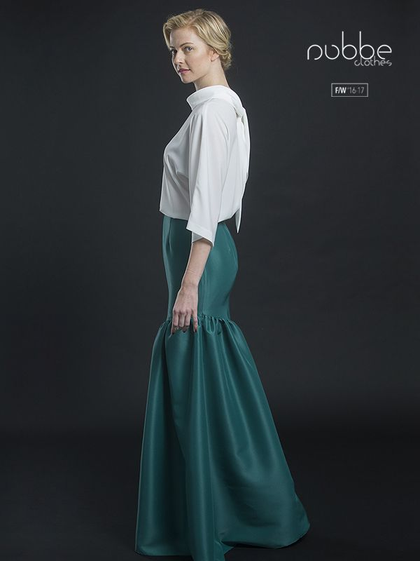 """NUBBE CLOTHES   F/W '16-17 Apuesta por prendas versátiles, como la blusa """"Perla"""", y sácales el máximo partido. Combínala con unos pantalones o una falda sastre, para ir a la oficina; unos jeans, para un look más casual; o con una prenda más de vestir (imagen: combinada con falda """"Esmeralda""""), para una cena de gala. Blusa """"Perla"""", disponible también en negro. Falda """"Esmeralda"""", también en azulón, en azul marino y en rojo. Hazte con este look en nuestra tienda online y puntos de venta…"""