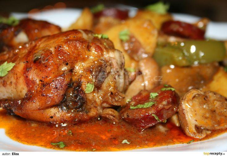 Kuře rozpůlíme a opečeme na zpěněné 1/2 cibule, vyjmeme ho, osolíme, opepříme a…