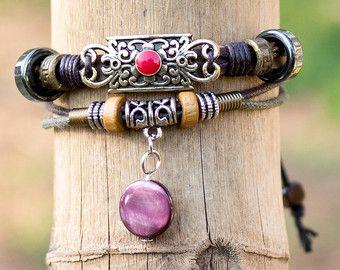 Élégant Bracelet en cuir avec pendentif en métal et perles turquoises  Longueur du bracelet est ajustable à l'aide d'un noeud spécial et peut s'adapter à n'importe quelle main. Taille maximum 26 cm (10,2 pouces).)   Pour plus de cuir, bracelets cliquez ici: https://www.etsy.com/il-en/shop/HagarTalmor?section_id=18543946  Nhésitez pas à me contacter pour toutes questions ou demandes  Merci