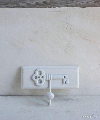 Appendiabiti singolo con motivo chiave e pomello in ceramica, finitura bianca