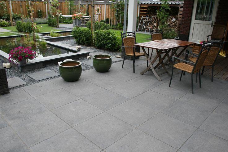 Oud Hollandse tegel 80x80x5 cm Carbon: De Oud Hollands tegels hebben eigenlijk geen uitleg meer nodig. Betrouwbare betontegels met karakter. De robuuste betontegels zijn divers inzetbaar. Of u nu op zoek bent naar bestrating voor een moderne of een nostalgische tuin, deze tegels voelen zich overal thuis. Geschikt voor het leggen van een terras, oprit, dakterras of pleintje.   De terrastegels zijn verkrijgbaar in diverse kleuren en afmetingen.