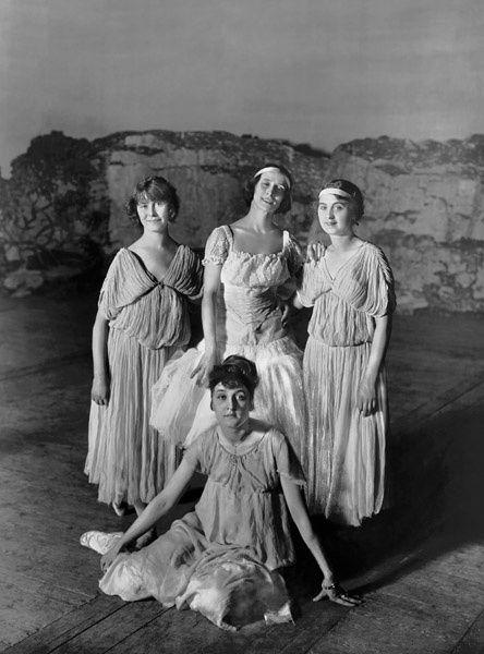 1907 г. - Анна Павлова в группе балерин