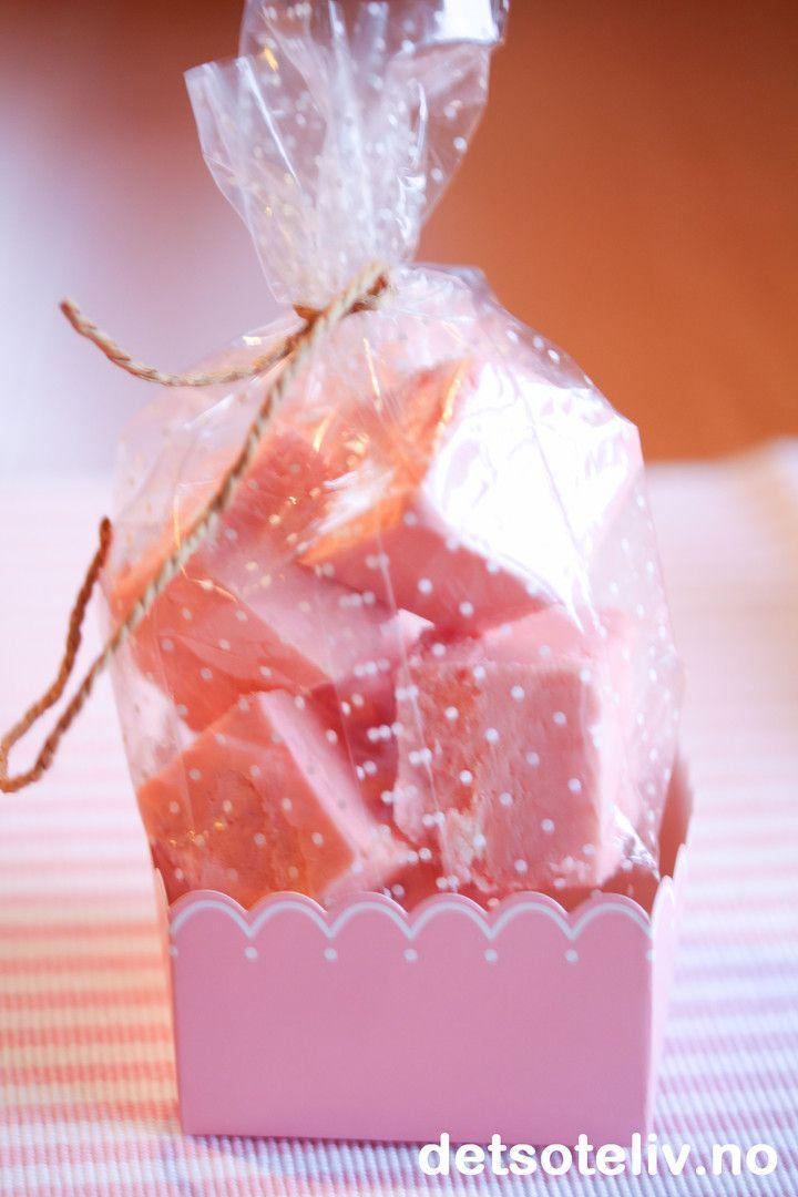 Dette er virkelig året hvor folk har dilla på å lage fudge til jul. Diverse oppskrifter på fudge florerer på de ulike matbloggene, og også jeg har blitt bitt av basillen I dag kommer Pink Marshmallow Fudge - som først og fremst er beregnet på små jentersom liker søtt og som liker rosa  Jeg bruker rosa Marshmallow Fluff med jordbærsmak, som gir rosa farge og deilig godterismak på fudgen. I tillegg inneholder fugden hvit sjokolade og vikingmelk.