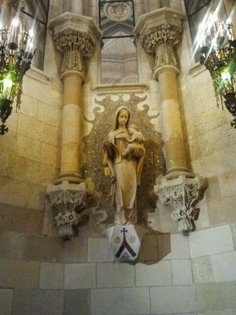 beneden in de kerk bij Gaudi's graf