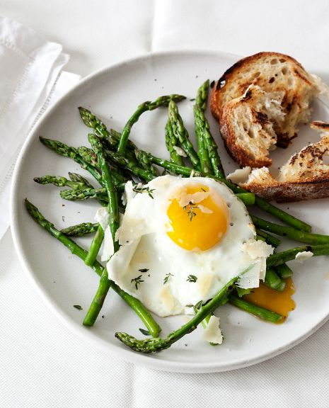 Wakey wakey, eggs and (no) bakey.Food Style, Fun Recipe, Eggs, Yummy Things, Asparagus, Favorite Mealbreakfast, Healthy Food, Favorite Recipe, Healthy Yum