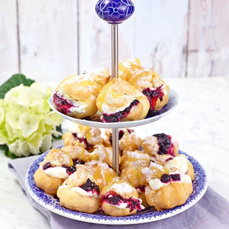 Baka läckra petit-chouxer med blåbärskompott och lemoncurd.