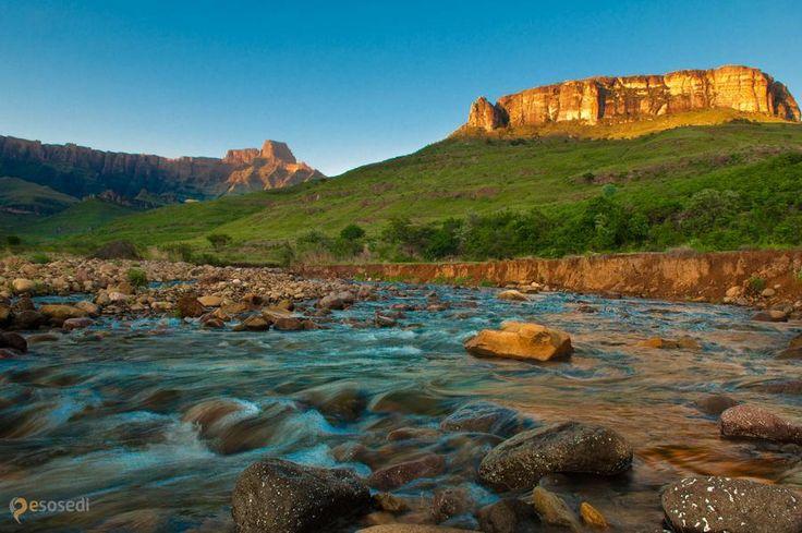 Драконовы горы (Dragons mountain) – #Южно_Африканская_Республика #Квазулу_Натал (#ZA_ZN) А почему бы нам не насладиться удивительными пейзажами Драконовых гор, что в Южной Африке? Кстати, Африка - тоже весьма интересный вариант для путешествия! http://ru.esosedi.org/ZA/ZN/1000130574/drakonovyi_goryi_dragons_mountain_/