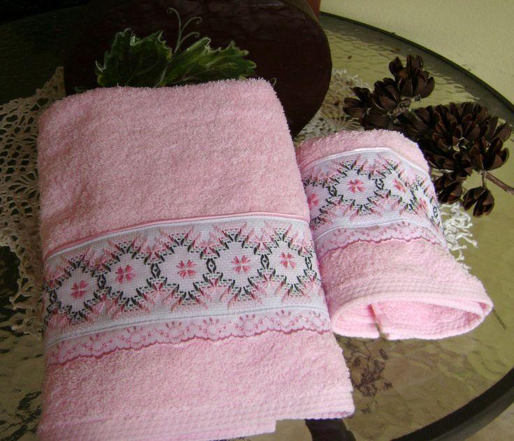 Este juego de toallas de baño lo he repetido (a solicitud de clientas) varias veces, es realmente lindo!!, el tono rosa de las toallas es precioso y lo bordé en punto yugoslavo en tonos grises con rosa y quedó super bien, terminé de decorar con una tira bordada en rosa.Creo que tengo otras fotos mejores, luego las busco