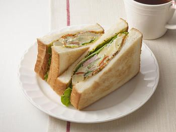 ポテトサラダほど、パンと相性の良いお惣菜はありません。 作り置きしたものを用いるのも良いですが、出来立てのまだほんのり温かさを感じる頃合いのポテトサラダを使うと、極上の美味しさを味わえます。一度は試して欲しいサンドイッチです。