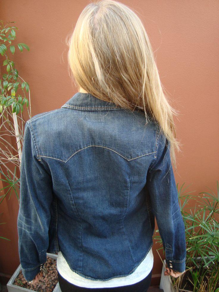 """> ¡Mirá quién llegó! ¡Nuestra primera #LEVIS! ¡Dale la bienvenida con un """"Me Gusta""""! #Camisa de #Jean #Levis T.XS con expandex Ancho de hombros: 34 cm Largo de manga: 62 cm ¡Rebajada por falta de etiqueta! $200"""