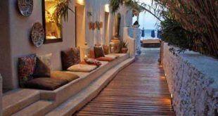 kühles Garten- und Terrassendesign mit Sitzbank und Gartenweg aus Holz