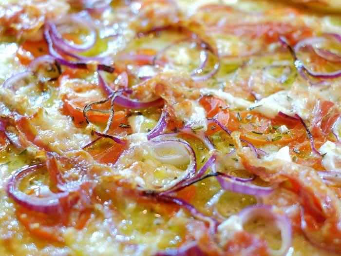 Pizza bianca met knoflook- en basilicumolie, mozzarella en pancetta