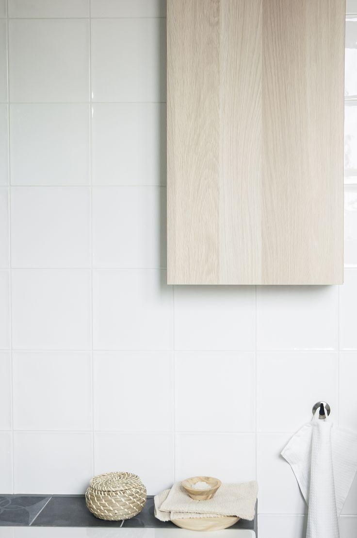 Decoreer je badkamer af met een paar accessoires zoals deze FRYKEN mand.   #STUDIObyIKEA #IKEA #IKEAnl #wooninspiratie #inspiratie #badkamer #wit #licht #rustiek #aprilandmay #minimalistisch #mand #accessoire