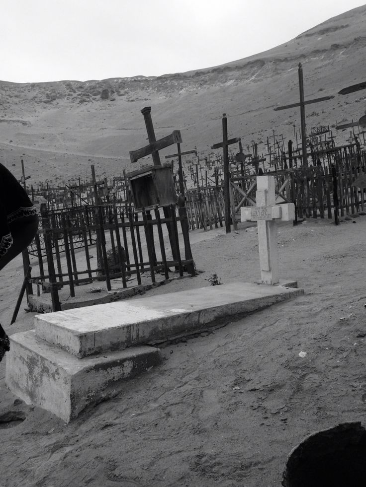 Cementerio de Pisagua, utilizado para hacer torturas y para enterrar cuerpos en fosas comunes durante el golpe militar. Actualmente, el cementerio es ocupado por los mismos habitantes que viven hoy en día en el pueblo.