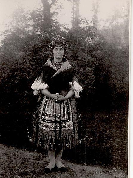Sárpilis-népviselet-1923