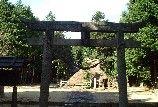 Okayama Misaki |岡山(おかやま) 美咲(みさき)|諏訪神社| 概要 弥生時代の遺跡で神社の周囲に古墳群があり、境内の中央に弥生式住居を復元しています。