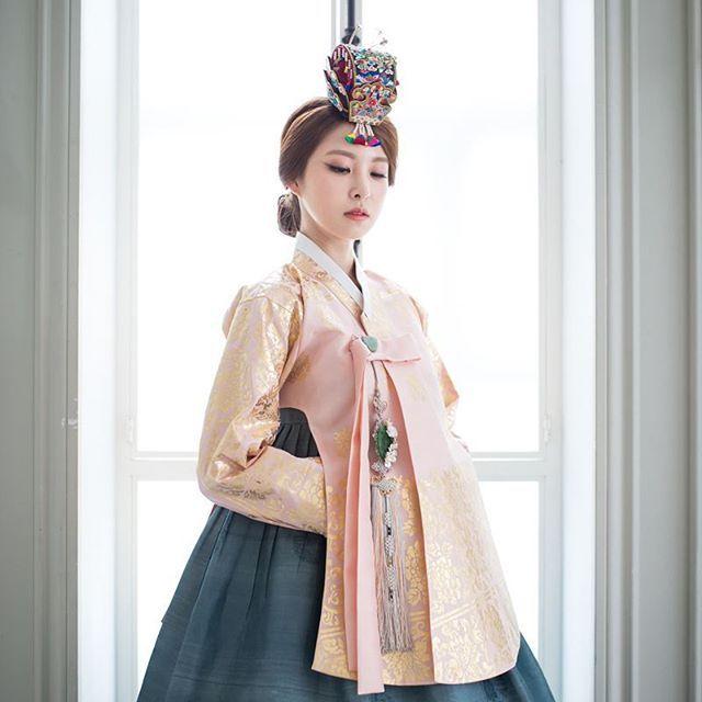 #hanbok project #Photo by Derek Lee Sponsored by #w한복 . . . . #korea #photography #photographer #photo #silk #woman #dress #bride #clothing #model #fashion #portrait #wedding #포토그래퍼 #사진 #신부한복 #한복 #웨딩한복 #전통한복 #결혼한복 #신부 #웨딩 #한복스타그램 #여성한복