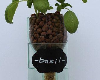 Cette jardinière innovante, design unique, auto-arrosage est aussi fonctionnelle que c'est joli. Fabriqué à partir d'une main coupée de bouteille de vin qui a été soigneusement poncé à l'aide d'un processus en 4 étapes pour un bord biseauté et lisse parfait. Cette jardinière comprend un système de bouchon de Liège et de la mèche qui permet à vos plantes obtenir de l'eau à travers la mèche qui pend en dessous les plantes dans le réservoir d'eau. Suffit de remplir la partie supérieure de la…