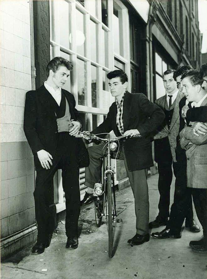 Молодые люди, одетые в эдвардианском стиле