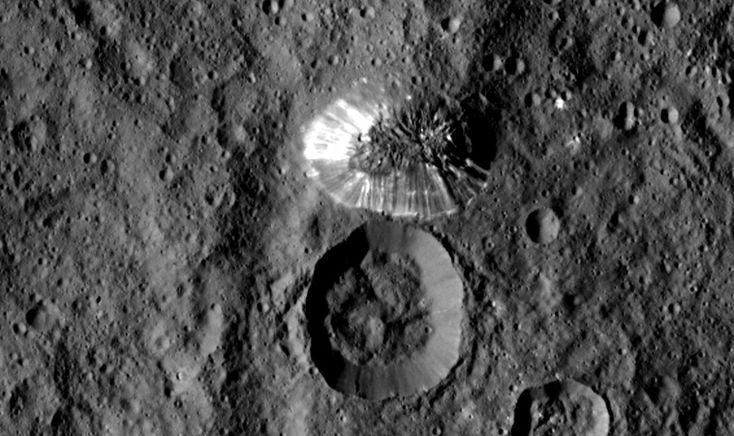 NASA、準惑星ケレスの「謎の円錐地形」拡大写真を公開。スロープ状の斜面に多数の筋 - Engadget Japanese