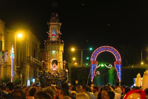La leggenda, la storia del Carro Trionfale e le varie fasi della Festa Maggiore di Terlizzi (Bari), in onore della Madonna di Sovereto.