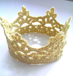Bedårende heklet Prinsessekrone, som enten kan bæres høyt på hodet/ som tiara, når den er stivet - eller som pannebånd, når den er ustivet.