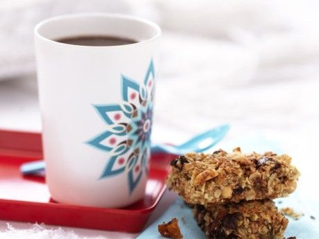 Ett recept på bars fyllda med knapriga nötter, torkad frukt och mörk choklad. De här goda kakorna ger massor avenergi! Använd gärna saltade jordnötter, lite sälta i söta kakor ger en god smakbrytning.