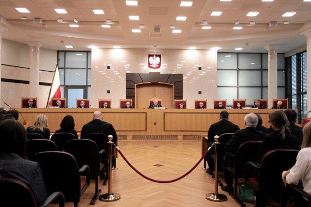 Kłopoty ze zgromadzeniem choć 10 sędziów wynikają z faktu, iż prezydent Andrzej Duda od ponad roku nie przyjął przysięgi od trójki sędziów, których w skład TK wybrano pod koniec poprzedniej kadencji Sejmu. Sytuację pogorszyły dodatkowo masowe kłopoty ze zdrowiem wśród sędziów, których do TK oddelegowało Prawo i Sprawiedliwość. Na zwolnieniu lekarskim są Julia Przyłębska, Zbigniew Jędrzejewski i Piotr Pszczółkowski.