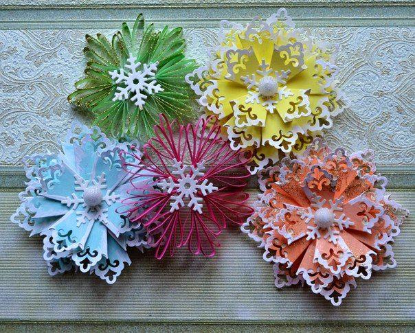 Новогодние снежинки очень красивы! Сделать их очень просто. Смотрим как их сделать. Первый мастер-класс: Как выполнить объёмные снежинки   Снежинки выполнены из 5 слоев:    Углы каждого из пяти квадра…