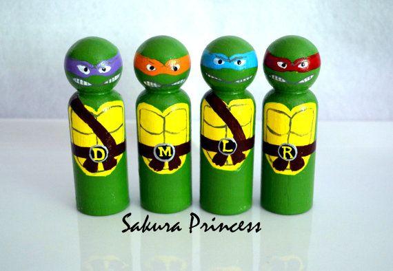 Articoli simili a Set di 4 bambole Ninja Turtle Peg - toppers torta - giocare cifre - figurine - possono essere venduti separatamente su Etsy