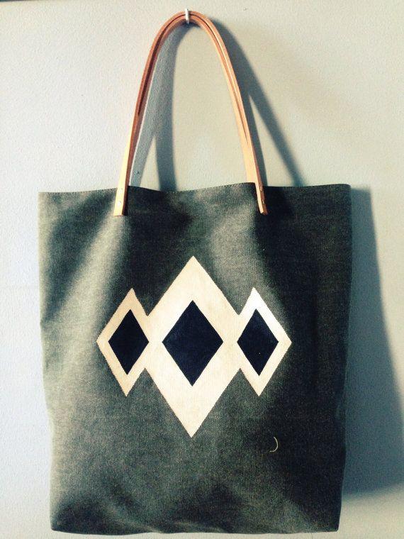 Sac cabas en pur lin kaki, motif triangle peint à la main coloris beige et noir.