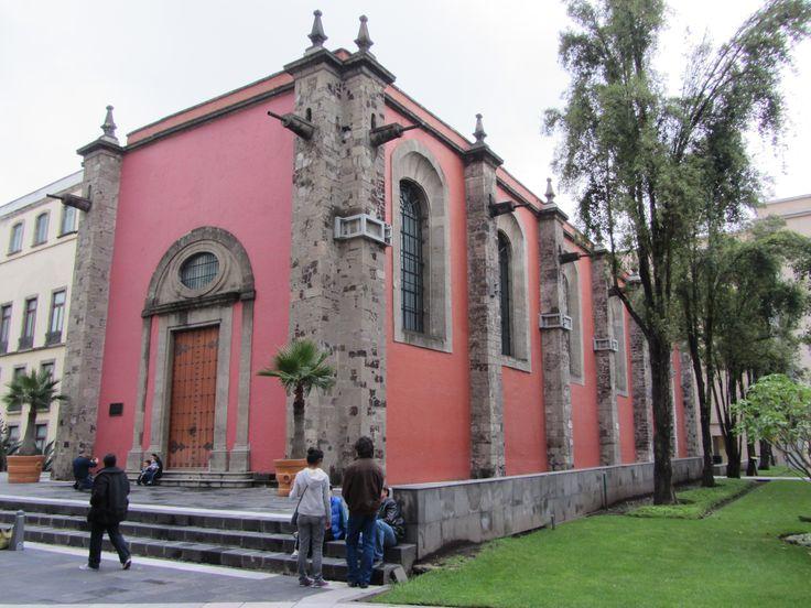 A Cidade do México é considerada uma das cidades mais poluídas do mundo. Encontra-se rodeada por dois vulcões activos e edificada num vale de montanha.