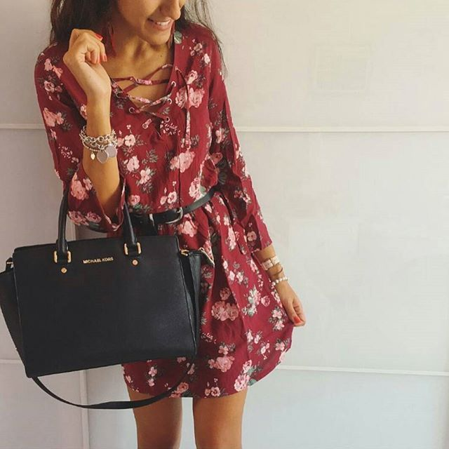 Oggi è la giornata mondiale dei vestitini. Sì, mi sono fissata, embè?! 😂 Questo fiorato per tutti i giorni, da indossare con degli stivaletti, lo troviamo da H&M a 19,99 euro ✌ Pic. @veronicaalesci 🌷