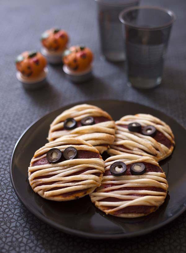 Des petites bandelettes de pâte bien placées sur votre pizza et vous obtenez des momies pour Halloween. Un parfum doux pour cette pizza (mozzarella tomate) qui plaira forcément à vos enfants !