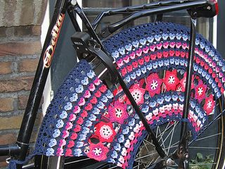 Great way to brighten up your bike and the streets. The pattern is made for 28 inch wheels, but is easy to adjust to smaller wheels. The colours used in the pattern are a suggestion, just play with your imagination.