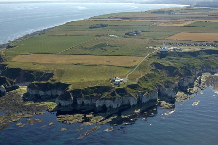 Flamborough Head lighthouse (built 1806), East Riding of Yorkshire, England (North Sea coast). 24-nautical mile light flashes 4 times every 15 seconds. Remotely controlled by Trinity House from Harwich, Essex. Photo: http://www.photographers-resource.co.uk